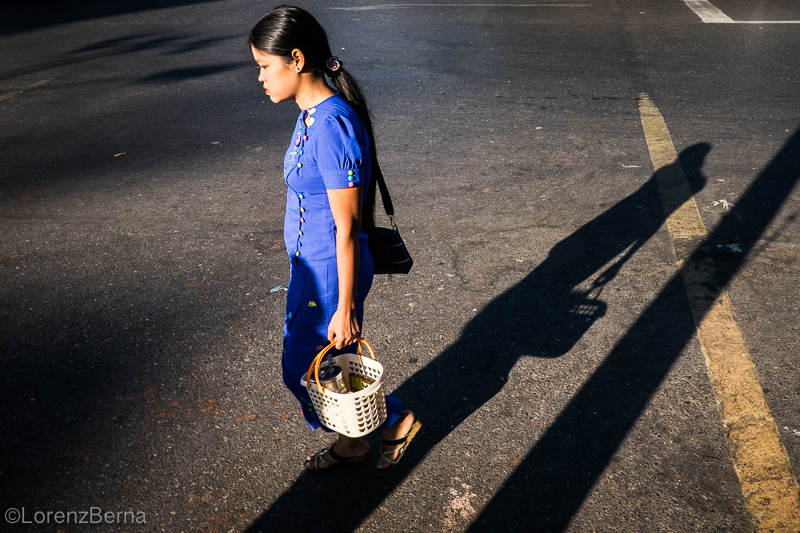 Woman passing in a street of Yangon, photo by Lorenz Berna of Myanmar | Donna passando in una strada di Yangon, foto di Lorenz Berna del Myanmar
