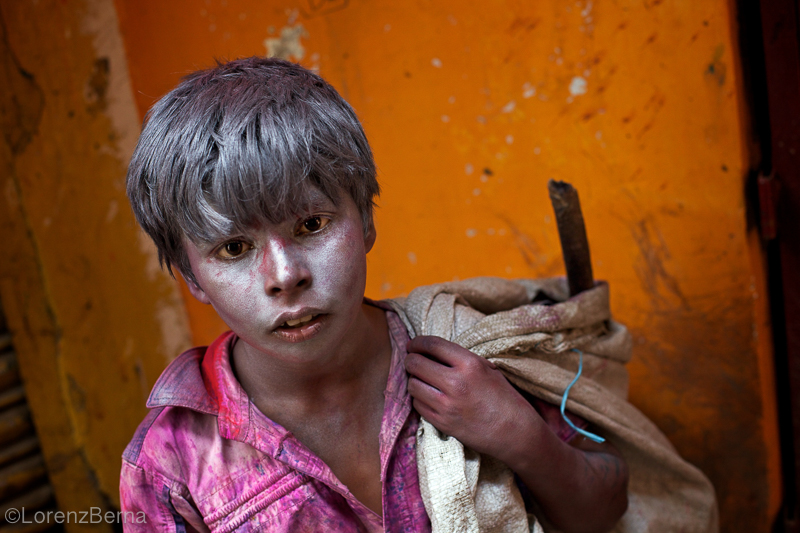 Child labour in India during the Colour Festival - Photo by Lorenz Berna