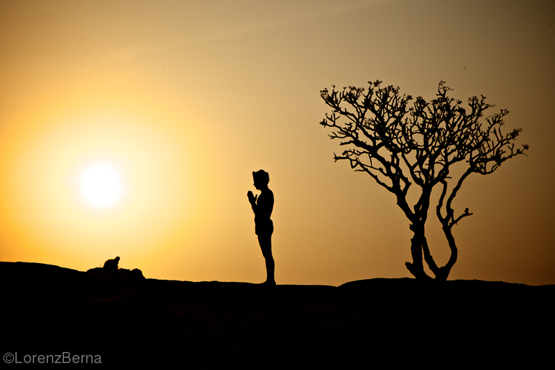 Grateful sunrise Puja for the Yogi - Travel picture by Lorenz Berna from the India Photo Gallery of the Blog TravelPhotoSpirit