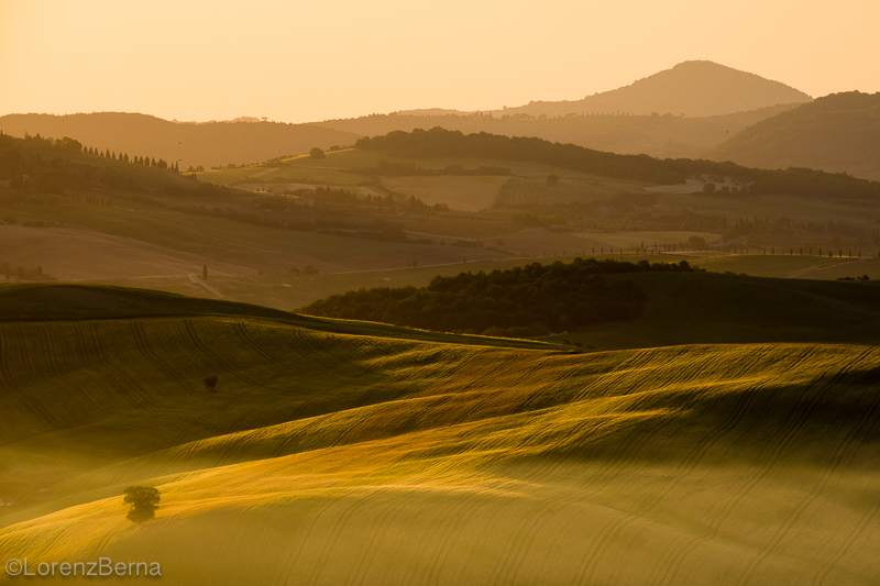 Sunrise in val d'Orcia in Tuscany, Italy - Picture by photographer Lorenz Berna