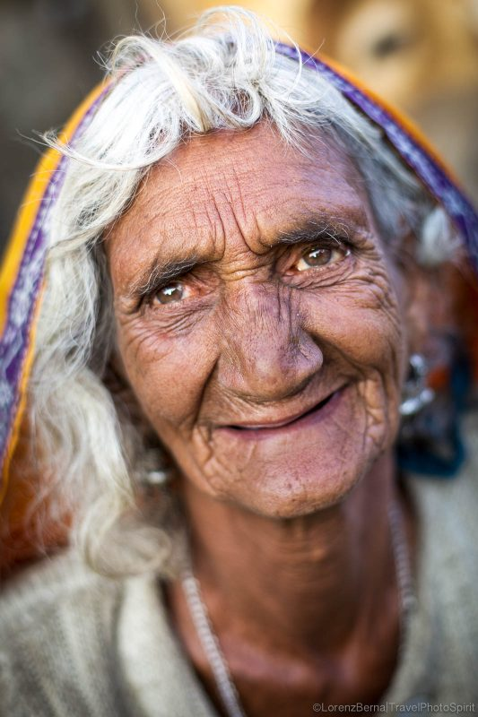 Portrait of a pilgrim Hindu woman in Pushkar by photographer Lorenz Berna