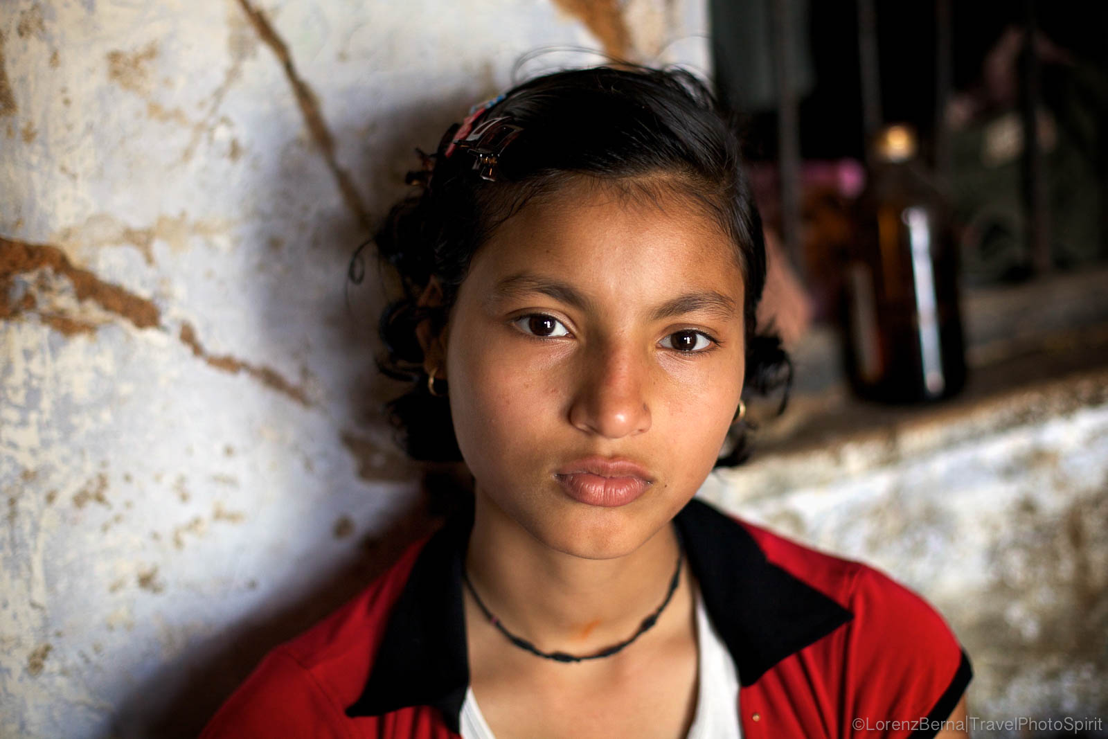 Portrait of a young girl in Varanasi - A Lorenz Berna photography of India